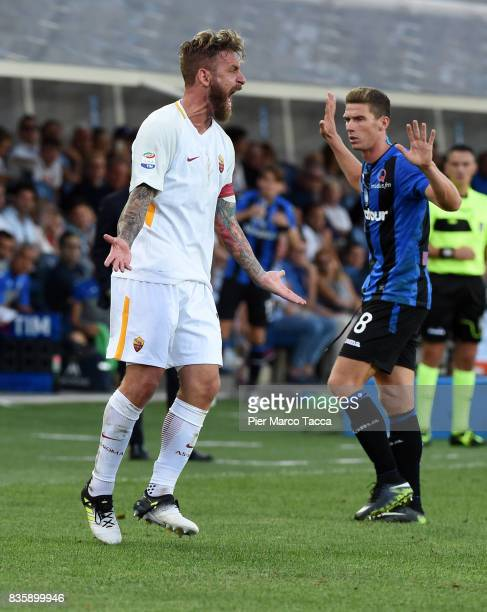 Daniele De Rossi of AS Roma gestures during the Serie A match between Atalanta BC and AS Roma at Stadio Atleti Azzurri d'Italia on August 20 2017 in...