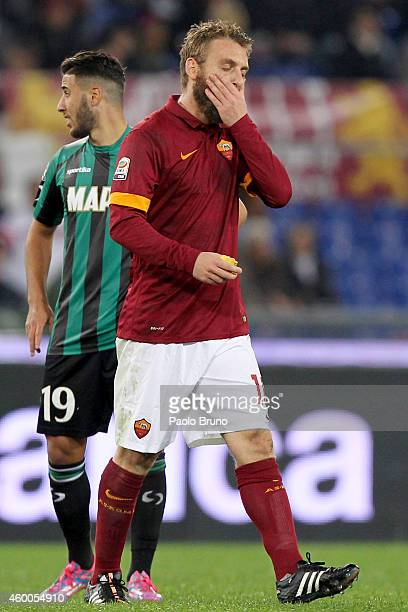 Daniele De Rossi of AS Roma shows his dejection after receiving the red card during the Serie A match between AS Roma and US Sassuolo Calcio at...