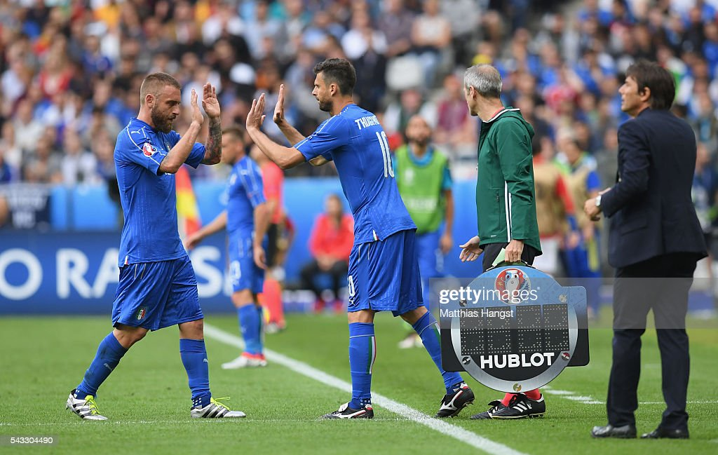 <a gi-track='captionPersonalityLinkClicked' href=/galleries/search?phrase=Daniele+De+Rossi&family=editorial&specificpeople=233652 ng-click='$event.stopPropagation()'>Daniele De Rossi</a> (1st L) of Italy high fives with <a gi-track='captionPersonalityLinkClicked' href=/galleries/search?phrase=Thiago+Motta+-+Brazilian+Soccer+Player+-+Born+1982&family=editorial&specificpeople=631059 ng-click='$event.stopPropagation()'>Thiago Motta</a> (2nd L) as he is replaced during the UEFA EURO 2016 round of 16 match between Italy and Spain at Stade de France on June 27, 2016 in Paris, France.