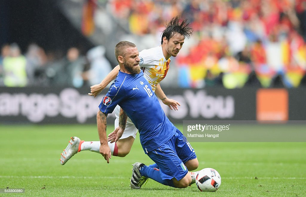 <a gi-track='captionPersonalityLinkClicked' href=/galleries/search?phrase=Daniele+De+Rossi&family=editorial&specificpeople=233652 ng-click='$event.stopPropagation()'>Daniele De Rossi</a> of Italy is challenged by <a gi-track='captionPersonalityLinkClicked' href=/galleries/search?phrase=David+Silva&family=editorial&specificpeople=675795 ng-click='$event.stopPropagation()'>David Silva</a> of Spain during the UEFA EURO 2016 round of 16 match between Italy and Spain at Stade de France on June 27, 2016 in Paris, France.