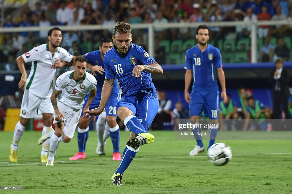 <a gi-track='captionPersonalityLinkClicked' href=/galleries/search?phrase=Daniele+De+Rossi&family=editorial&specificpeople=233652 ng-click='$event.stopPropagation()'>Daniele De Rossi</a> of Italy scores a penalty to make it 1-0 during the UEFA EURO 2016 Qualifier match between Italy and Bulgaria on September 6, 2015 in Palermo, Italy.