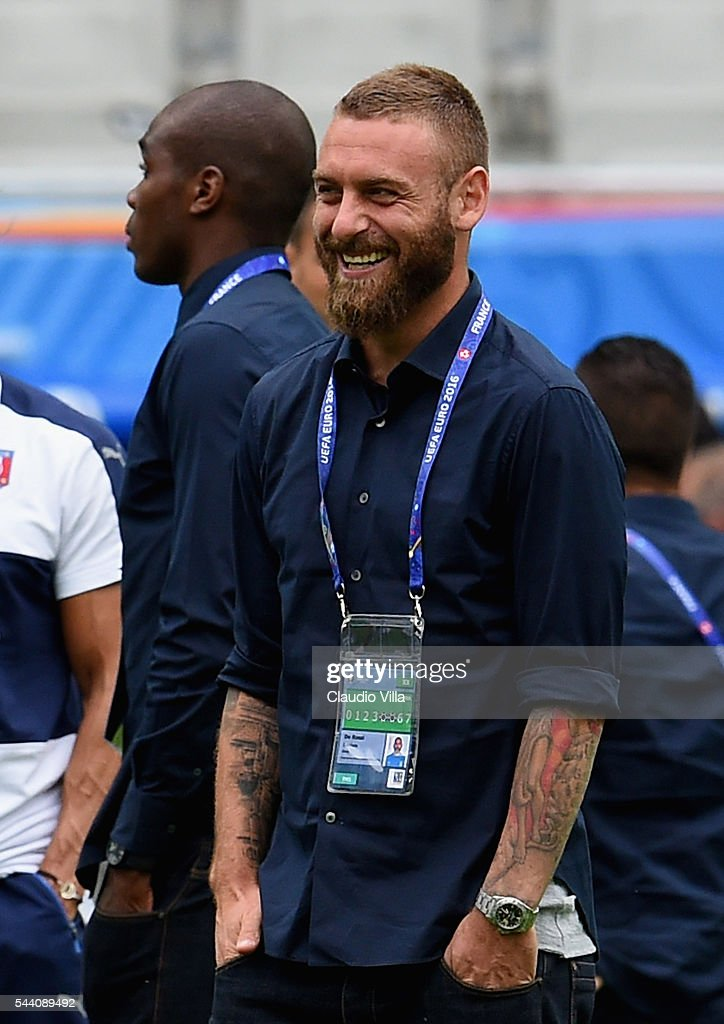 <a gi-track='captionPersonalityLinkClicked' href=/galleries/search?phrase=Daniele+De+Rossi&family=editorial&specificpeople=233652 ng-click='$event.stopPropagation()'>Daniele De Rossi</a> smiles during Italy pitch walkabout ahead of tomorrow's UEFA Euro 2016 quarter final match against Germany at Stade de Bordeaux on July 1, 2016 in Bordeaux, France.