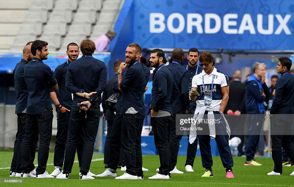 Daniele De Rossi (C) smiles during the Italy pitch walkabout at Stade de Bordeaux on July 1, 2016 in Bordeaux, France.