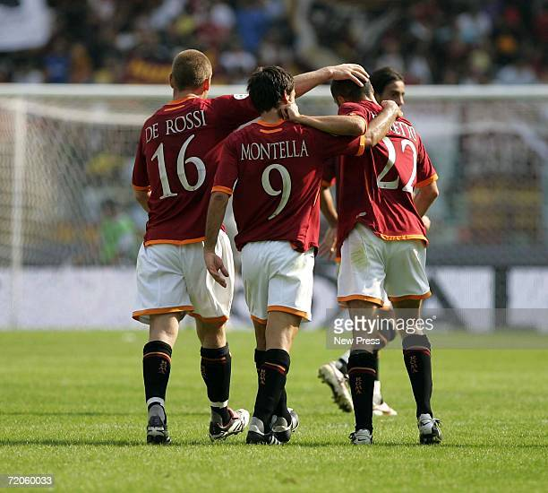 Daniele De Rossi Vincenzo Montella and Simone Perrotta of Roma congratulate each other during the Italian Serie A match between Roma and Empoli at...