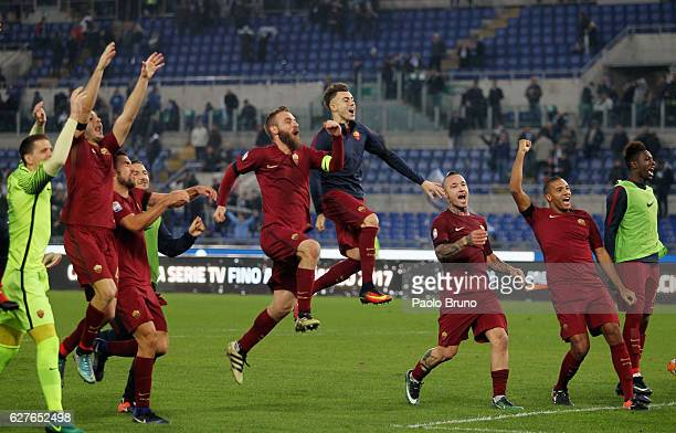 Daniele De Rossi with his teammates of AS Roma celebrates the victory after the Serie A match between SS Lazio and AS Roma at Stadio Olimpico on...