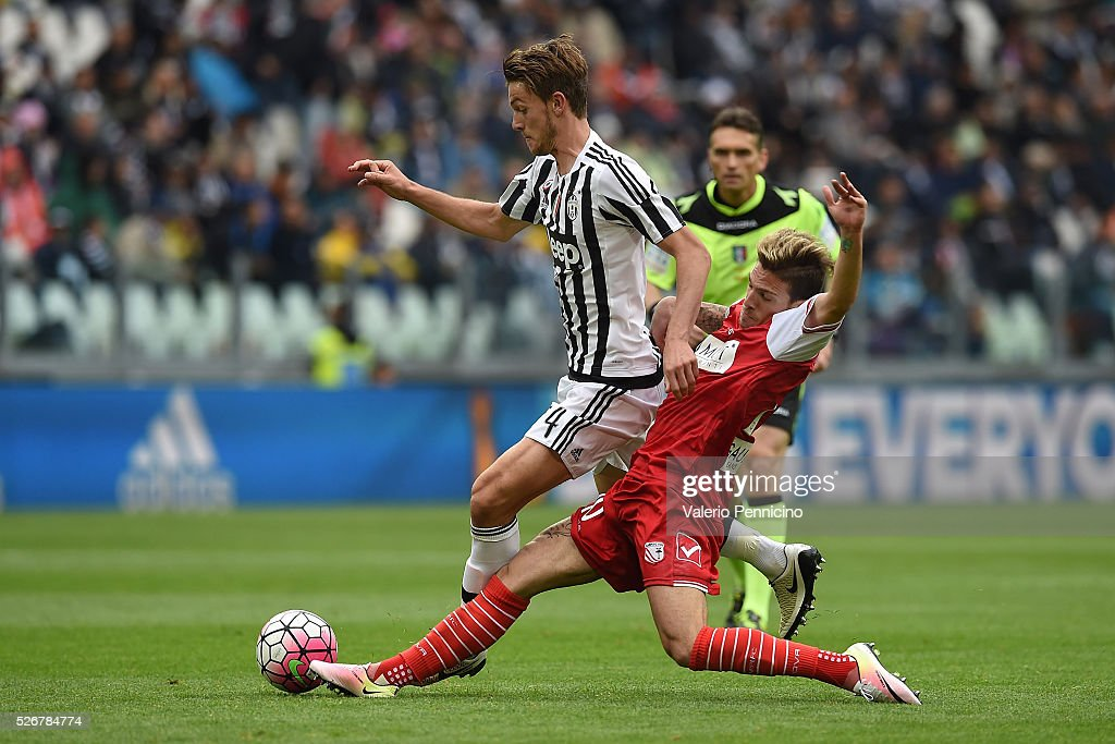 Daniele Rugani (L) of Juventus FC is tackled by Simone Verdi of Carpi FC during the Serie A match between Juventus FC and Carpi FC at Juventus Arena on May 1, 2016 in Turin, Italy.