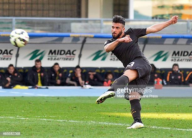 Daniele Verde of AS Roma kicks towards the goal during the Serie A match between AC Chievo Verona and AS Roma at Stadio Marc'Antonio Bentegodi on...