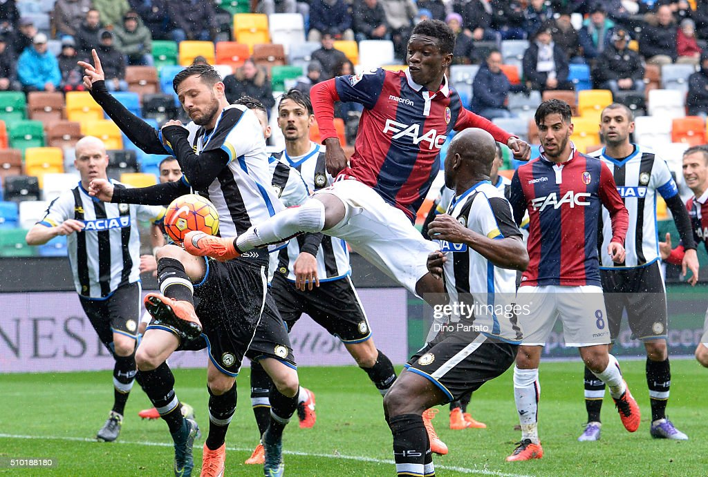 Danilo Larangeira (L) of Udinese Calcio competes with Ibrahima Mbaye of Bologna FC during the Serie A match between Udinese Calcio and Bologna FC at Stadio Friuli on February 14, 2016 in Udine, Italy.