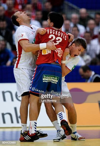 Danmark vs Serbien Lars T Jørgensen og Mikkel Hansen Danmark i clinch med Nenad Vuckovic Serbien / Serbia © Lars Rønbøg / Frontzonesport
