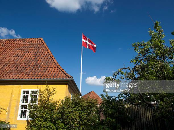 Dannebrog and yellow house