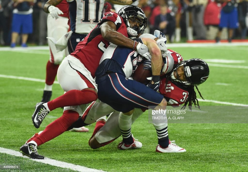 TOPSHOT - Danny Amendola #80 of the New England Patriots scores a two point conversion late in the fourth quarter against Jalen Collins #32 and Brian Poole #34 the Atlanta Falcons during Super Bowl 51 at NRG Stadium on February 5, 2017 in Houston, Texas. / AFP PHOTO / Timothy A. CLARY