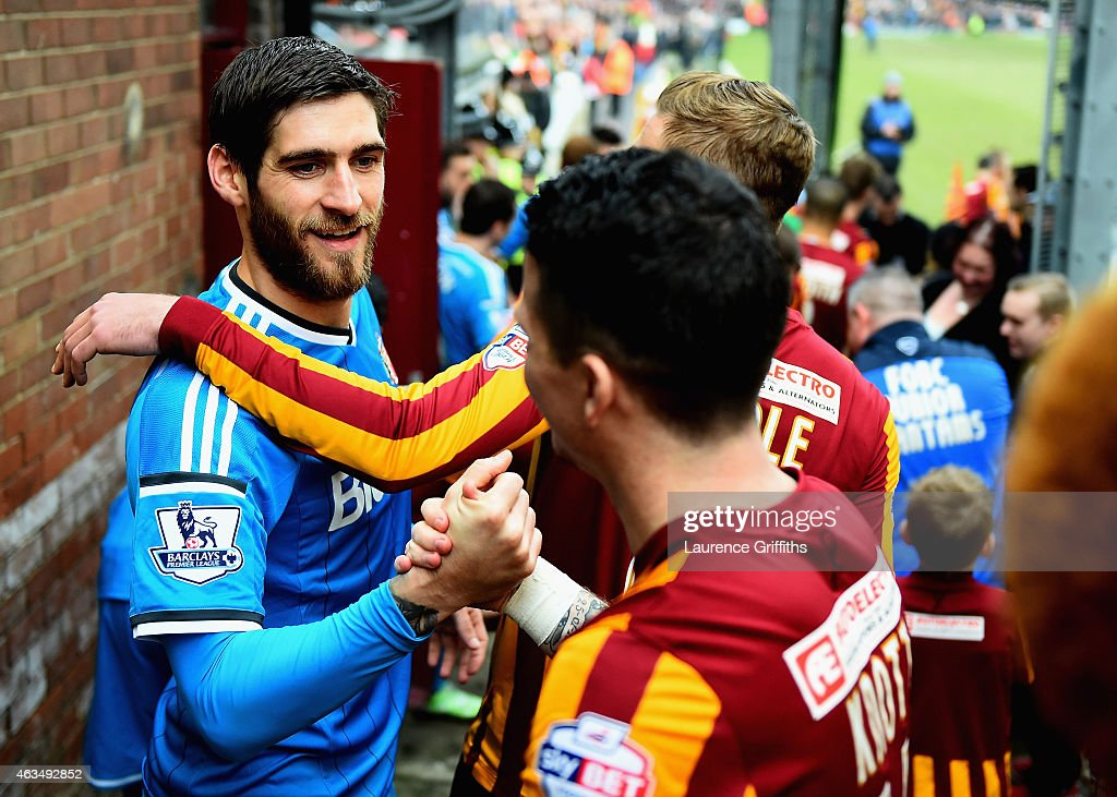 <a gi-track='captionPersonalityLinkClicked' href=/galleries/search?phrase=Danny+Graham+-+Voetballer&family=editorial&specificpeople=11679831 ng-click='$event.stopPropagation()'>Danny Graham</a> of Sunderland shakes hands with Billy Knott of Bradford before the FA Cup Fifth Round match between Bradford City and Sunderland at Coral Windows Stadium, Valley Parade on February 15, 2015 in Bradford, England.