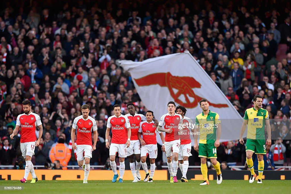 Danny Welbeck of Arsenal celebrates scoring the opening goal with team mates during the Barclays Premier League match between Arsenal and Norwich City at The Emirates Stadium on April 30, 2016 in London, England