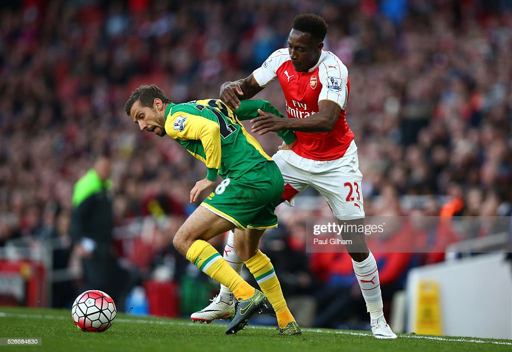 <a gi-track='captionPersonalityLinkClicked' href=/galleries/search?phrase=Danny+Welbeck&family=editorial&specificpeople=4223930 ng-click='$event.stopPropagation()'>Danny Welbeck</a> of Arsenal challenges <a gi-track='captionPersonalityLinkClicked' href=/galleries/search?phrase=Gary+O%27Neil&family=editorial&specificpeople=683120 ng-click='$event.stopPropagation()'>Gary O'Neil</a> of Norwich City during the Barclays Premier League match between Arsenal and Norwich City at The Emirates Stadium on April 30, 2016 in London, England