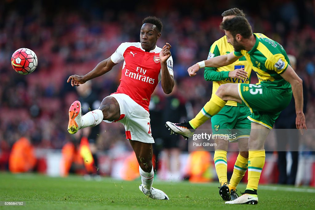 <a gi-track='captionPersonalityLinkClicked' href=/galleries/search?phrase=Danny+Welbeck&family=editorial&specificpeople=4223930 ng-click='$event.stopPropagation()'>Danny Welbeck</a> of Arsenal challenges <a gi-track='captionPersonalityLinkClicked' href=/galleries/search?phrase=Ivo+Pinto&family=editorial&specificpeople=8201491 ng-click='$event.stopPropagation()'>Ivo Pinto</a> of Norwich City during the Barclays Premier League match between Arsenal and Norwich City at The Emirates Stadium on April 30, 2016 in London, England