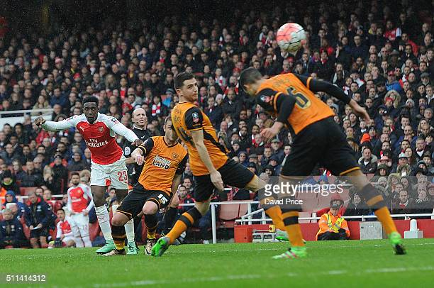 Danny Welbeck of Arsenal shoots during the match between Arsenal and Hull City in the FA Cup 5th Round at Emirates Stadium on February 20 2016 in...