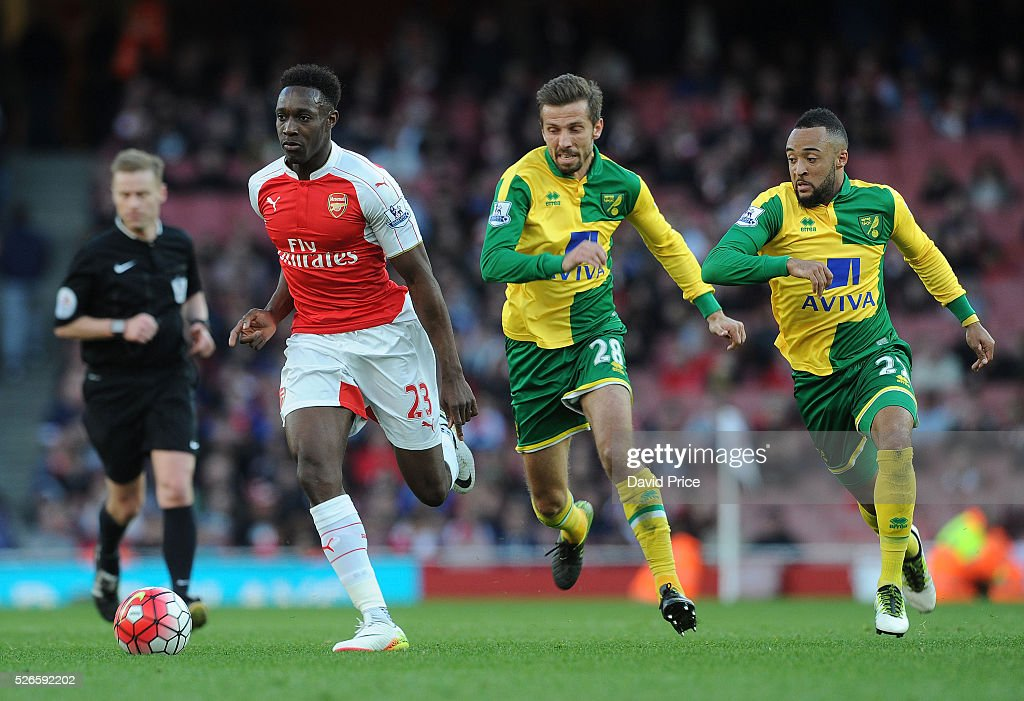 Danny Welbeck of Arsenal takes on <a gi-track='captionPersonalityLinkClicked' href=/galleries/search?phrase=Gary+O%27Neil&family=editorial&specificpeople=683120 ng-click='$event.stopPropagation()'>Gary O'Neil</a> and <a gi-track='captionPersonalityLinkClicked' href=/galleries/search?phrase=Nathan+Redmond&family=editorial&specificpeople=6489095 ng-click='$event.stopPropagation()'>Nathan Redmond</a> of Norwich during the Barclays Premier League match between Arsenal and Norwich City at on April 30th, 2016 in London, England