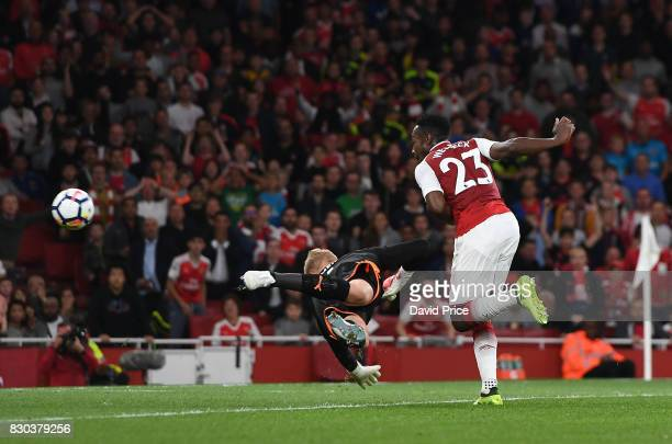 Danny Welbeck scores Arsenal's 2nd goal past Kasper Schmeichel of Leicester during the Premier League match between Arsenal and Leicester City at...