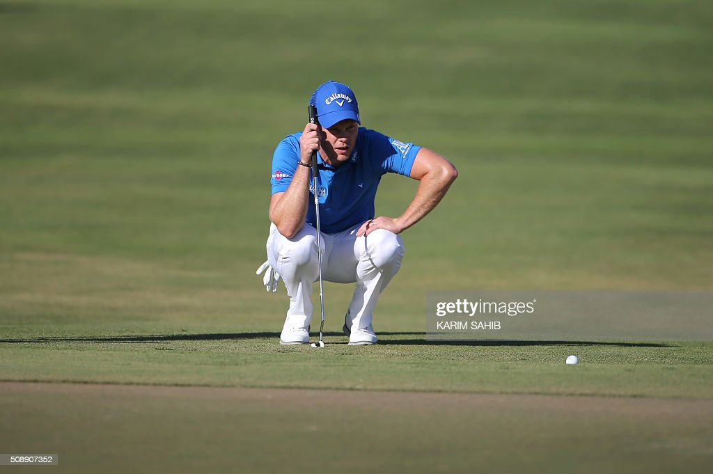 Danny Willett of England watches his putt during the 2016 Dubai Desert Classic at the Emirates Golf Club in Dubai on February 7, 2016. / AFP / KARIM SAHIB