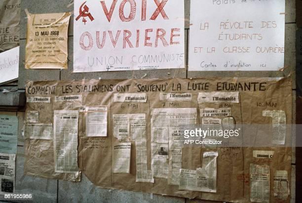 Dans la cour de l'université de ParisSorbonne occupée par des étudiants contestataires des coupures de presse du journal communiste l'Humanité sont...