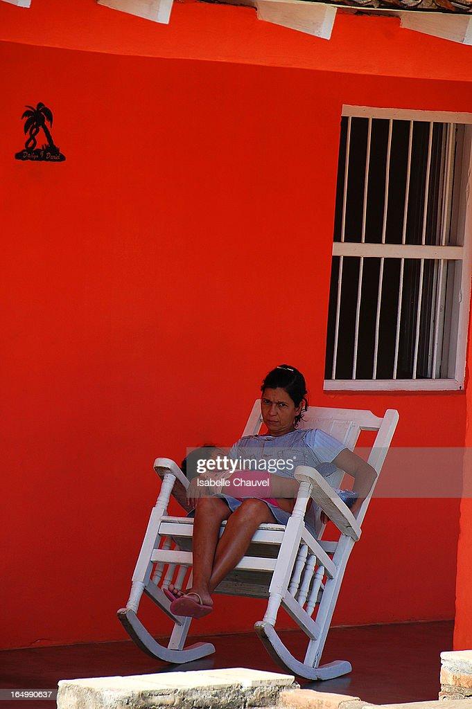 CONTENT] Dans la région la plus ancienne de Cuba, , l'une des plus jolies vallées de la sierra de los Organons, celle de Vinales, est classée au Patrimoine mondial de l'Unesco. le village de vinales et Ses petites maisons colorées dotées de terrasses arborées de chaises à bascule en bois, le tout entouré de végétation, de champs et de mogotes,