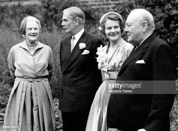 Dans les jardins de 10 Downing Street juste après la cérémonie de mariage les jeunes mariés Anthony Eden et Clarissa Churchill sont photographiés...