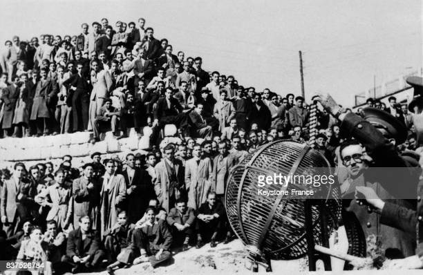 Dans un camp de Madrid tirage au sort de nouveaux conscrits au premier plan la sphère servant au tirage à Madrid Espagne en 1946