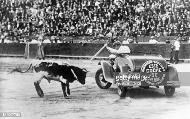 Dans une arène le torrero au volant d'une automobile combat le taureau à Valence Espagne en décembre 1932