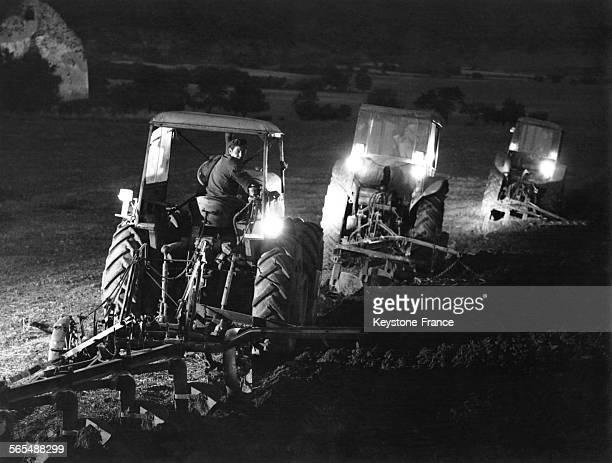 Dans une ferme coopérative dans la banlieue de Budapest les tracteurs labourent en pleine nuit pour profiter du temps sec automnal en Hongrie en 1967