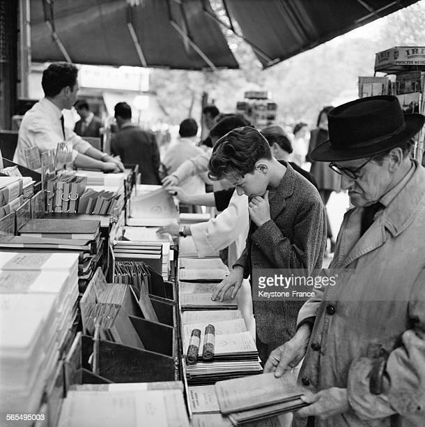Dans une papeterie spécialisée Boulevard SaintMichel des clients achètent livres et cahiers pour la rentrée à Paris France le 28 août 1961