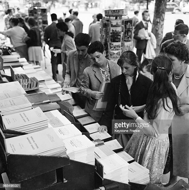 Dans une papeterie spécialisée Boulevard SaintMichel des jeunes achètent livres et cahiers pour la rentrée à Paris France le 28 août 1961