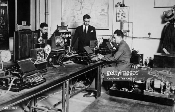 Dans une pièce du Sénat les matériels radio et télégraphes sont installés avant la conférence de presse à Madrid Espagne circa 1930
