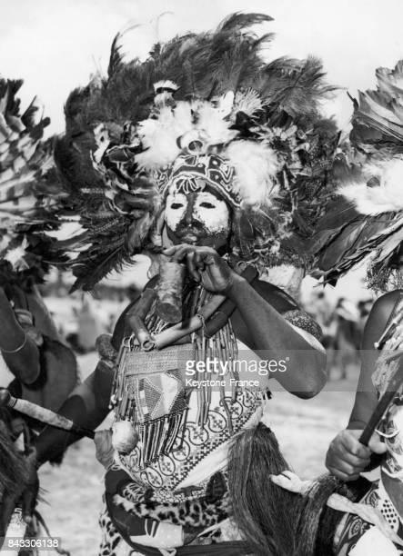 Danseur lors de la visite de la princesse Margaret à Dar es Salam Tanzanie le 10 octobre 1956