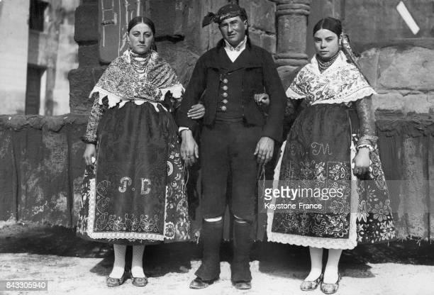 Danseurs de la province de Zamora lors des fêtes à l'occasion du 3ème anniversaire de seconde république espagnole à Madrid Espagne le 15 avril 1934