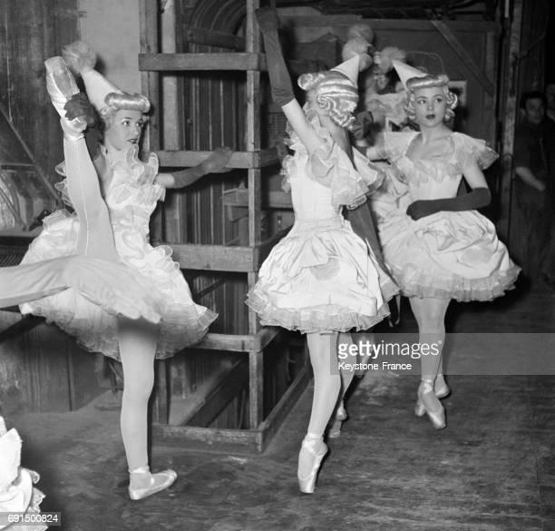 Danseuses avant d'entrer sur la scène du théâtre à Paris France le 26 février 1953