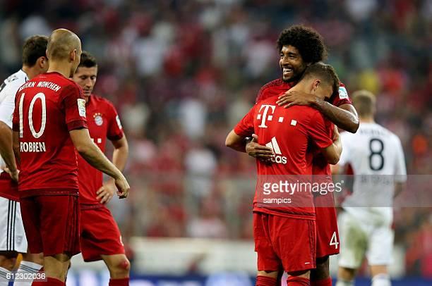 Dante umarmt Joshua Kimmich nach dem Spiel Fußball 1 Bundesliga FC Bayern München Bayer Leverkusen 30