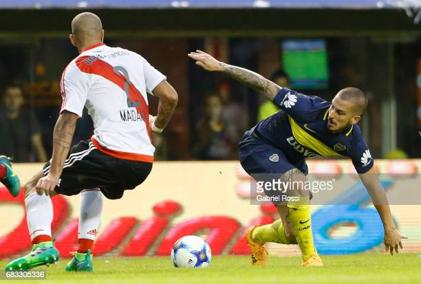 Dario Benedetto of Boca Juniors fights for the ball with Jonathan Maidana of River Plate during a match between Boca Juniors and River Plate as part...