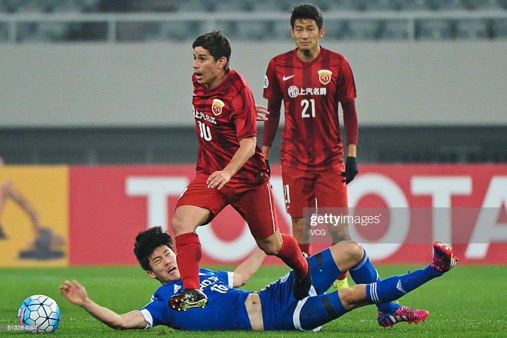 Dario Conca of Shanghai SIPG and Lee Jongsung of Suwon Samsung Bluewings compete for the ball during the AFC Champions League Group G match between...