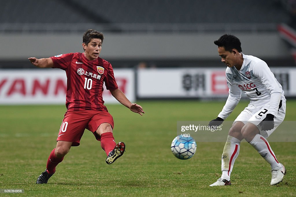 Dario Conca of Shanghai SIPG and Perapat Notchaiya of Muangthong United compete for the ball during the AFC Champions League playoff match between...