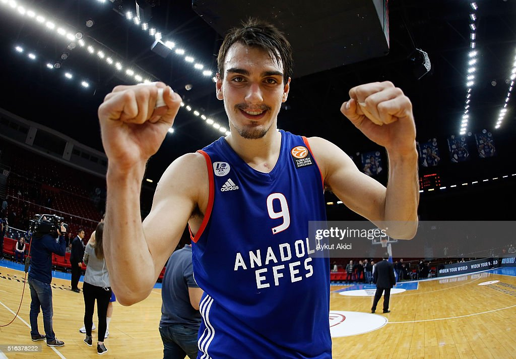 Dario Saric #9 of Anadolu Efes Istanbul celebrates victory during the 20152016 Turkish Airlines Euroleague Basketball Top 16 Round 11 game between...