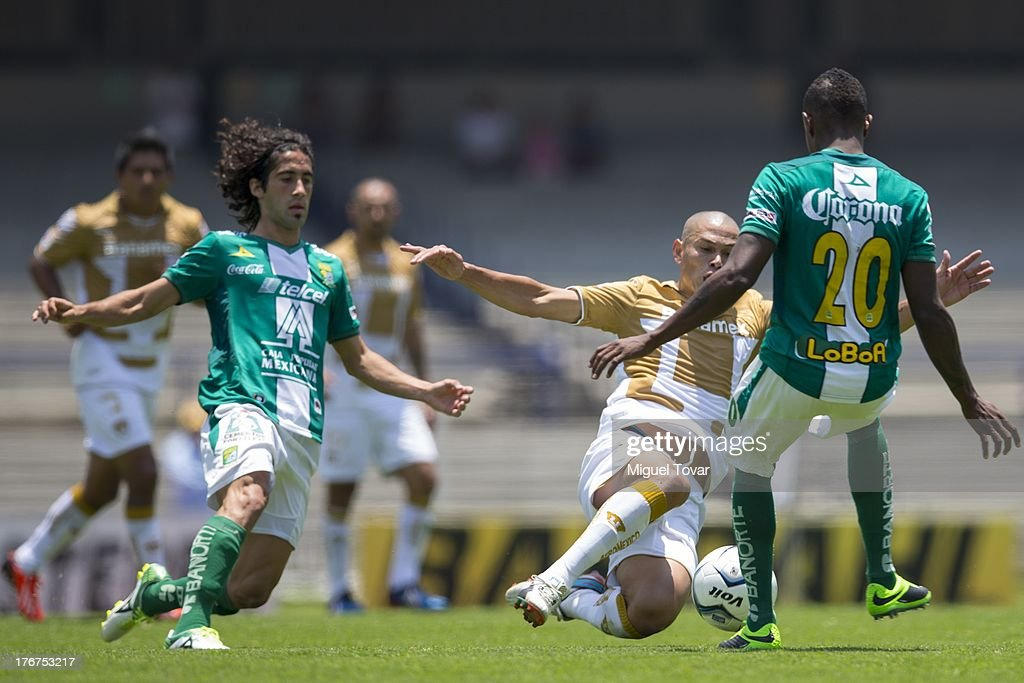 <a gi-track='captionPersonalityLinkClicked' href=/galleries/search?phrase=Dario+Veron&family=editorial&specificpeople=682124 ng-click='$event.stopPropagation()'>Dario Veron</a> of Pumas fights for the ball with Eisner Loboa of Leon during a match between Pumas and Leon as part of the Apertura 2013 Liga MX at Olympic stadium, on August 18, 2013 in Mexico City, Mexico.