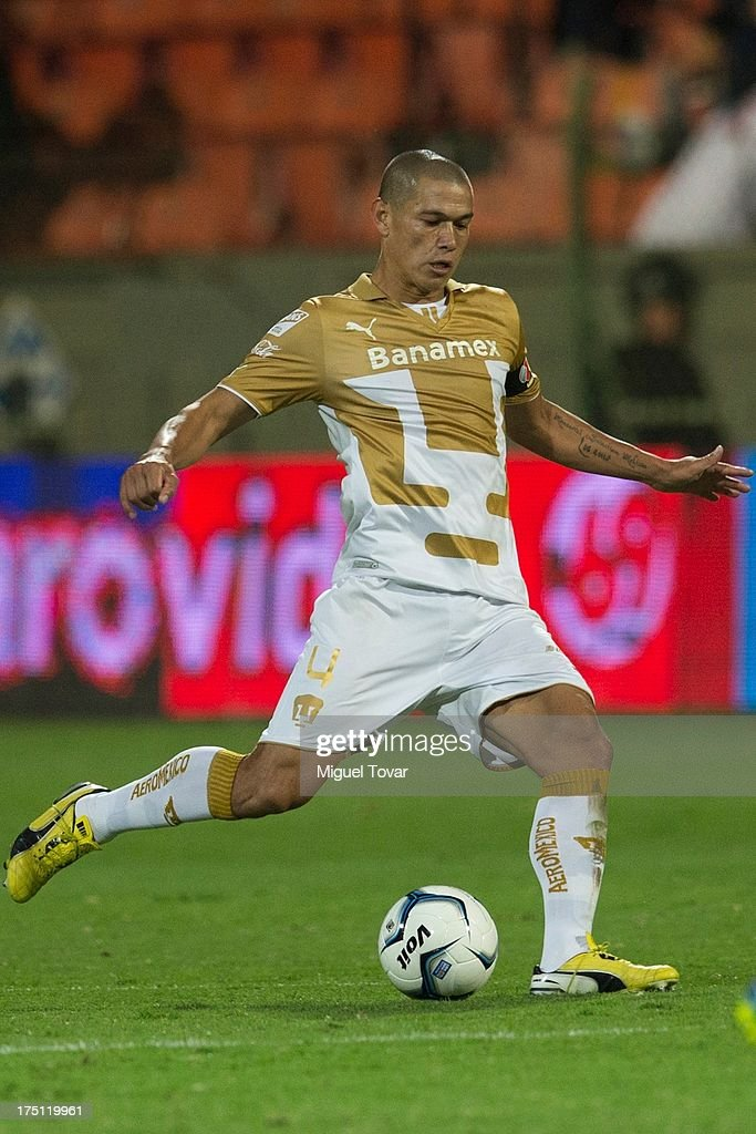 <a gi-track='captionPersonalityLinkClicked' href=/galleries/search?phrase=Dario+Veron&family=editorial&specificpeople=682124 ng-click='$event.stopPropagation()'>Dario Veron</a> of Pumas kicks the ball during a match between Toluca and Pumas as part of the Torneo Apertura 2013 Liga MX at Nemesio Siez stadium, on July 31, 2013 in Toluca, Mexico.