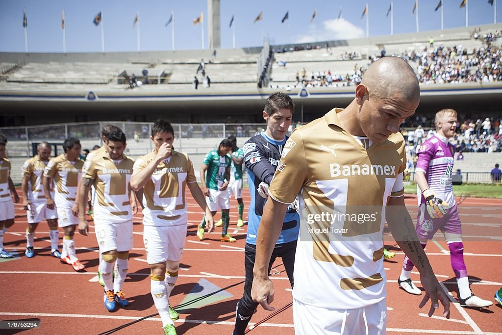 <a gi-track='captionPersonalityLinkClicked' href=/galleries/search?phrase=Dario+Veron&family=editorial&specificpeople=682124 ng-click='$event.stopPropagation()'>Dario Veron</a> of Pumas prepares for a match between Pumas and Leon as part of the Apertura 2013 Liga MX at Olympic stadium, on August 18, 2013 in Mexico City, Mexico.