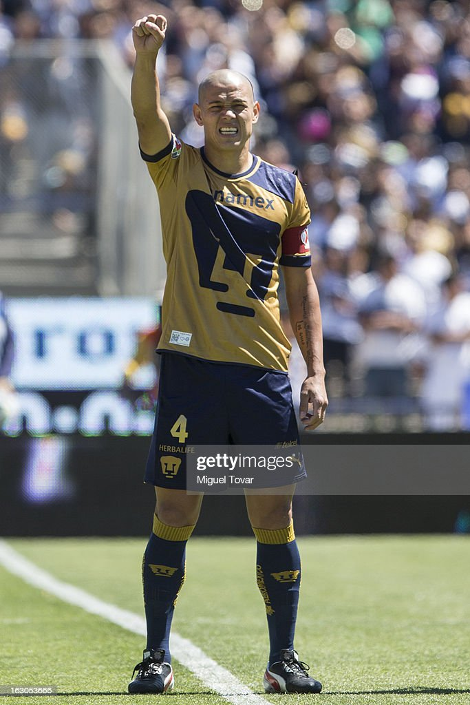 Dari'o Veron of Pumas, sings during a match between Pumas and Chivas as part of the Clausura 2013 at Olympic stadium on March 03, 2013 in Mexico City, Mexico.