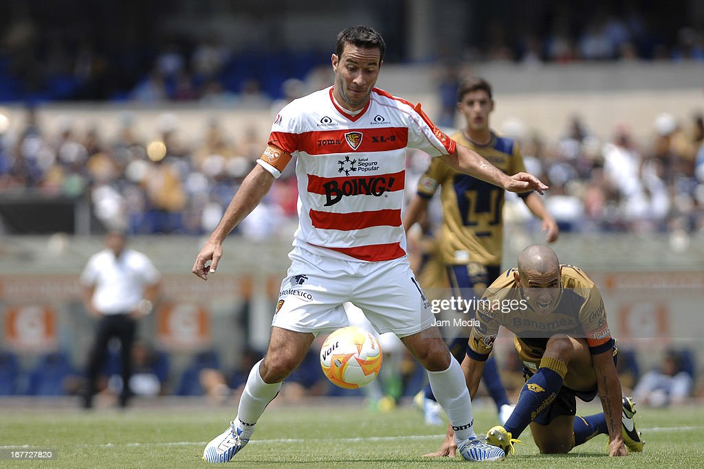 Dario Veron (R) of Pumas struggles for the ball with Luis Gabriel Rey (L) of Jaguares during the match as part of the Clausura 2013 Liga MX at Olimpico Stadium on April 28, 2013 in Mexico City, Mexico.