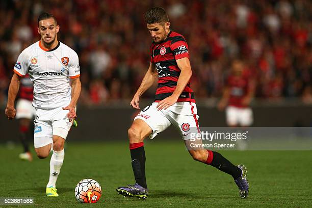 Dario Vidosic of the Wanderers dribbles the ball during the ALeague Semi Final match between the Western Sydney Wanderers and the Brisbane Roar at...