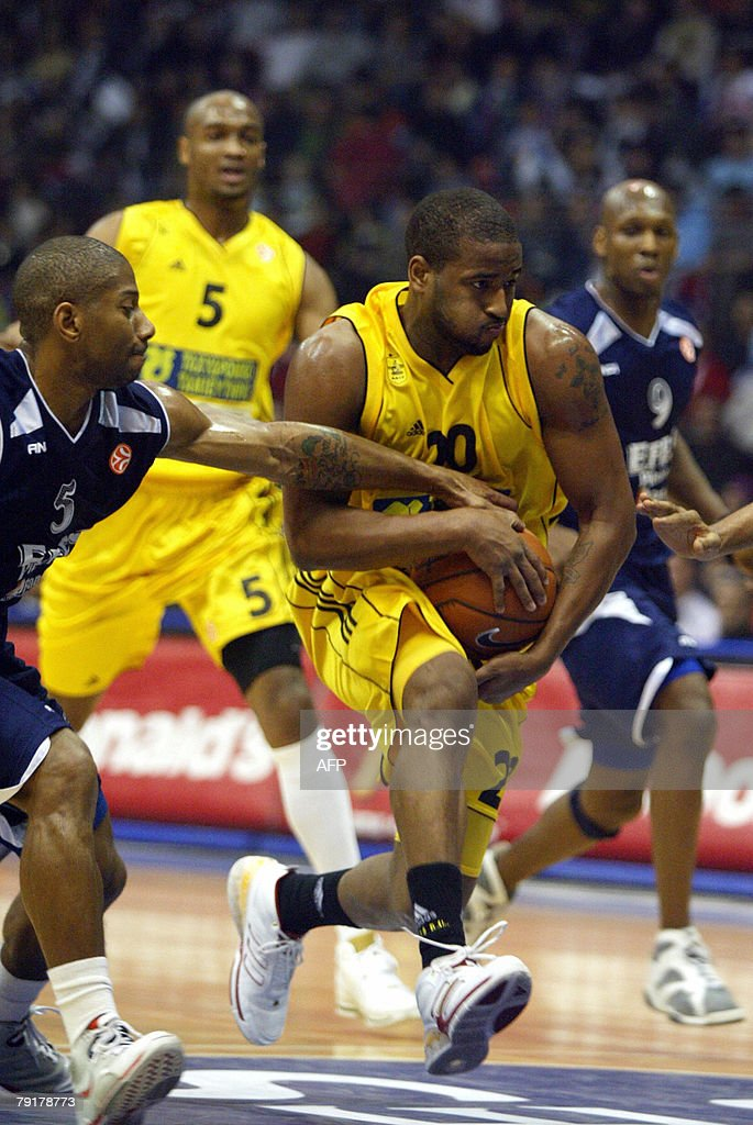 Darius Washington (R) vies with Scoonie Penn of Efes Pilsen Istanbul during their Euroleague Group B basketball match at the Abdi Ipekci Sport Hall in Istanbul, 23 January 2008. AFP PHOTO/Sezayi ERKEN