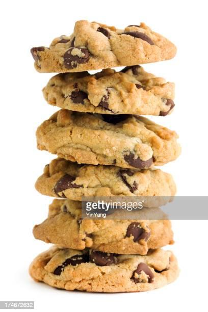 Cookies aux pépites de chocolat noir, des faits maison pile isolé sur blanc