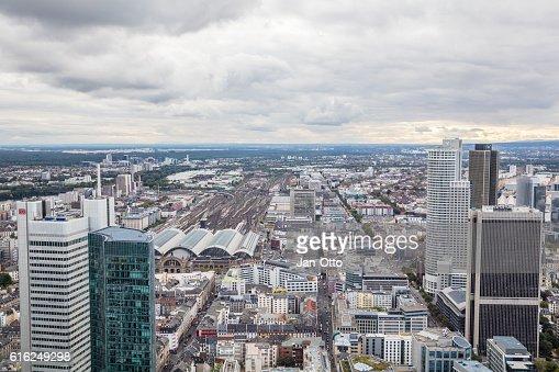 Nubes oscuras sobre la ciudad de Frankfurt : Foto de stock