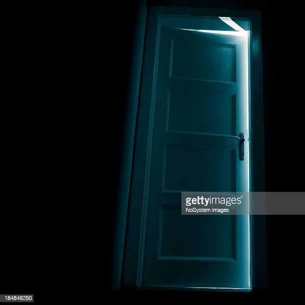 ダークドアの後ろに輝きを放つ